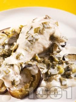 Млечно пиле печено в гювеч с кисело мляко, пресен зелен лук, чесън, копър и магданоз - снимка на рецептата